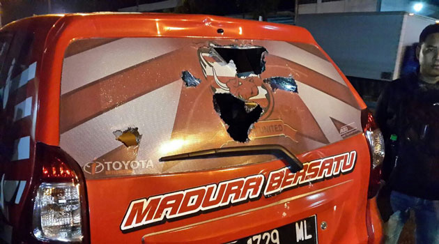 Salah satu mobil manajemen Madura United yang dirusak supporter Aremania.