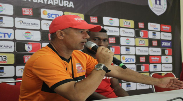 Pelatih Madura United FC Mario Gomes De Oliviera saat menyampaikan keterangan pers di Jayapura.