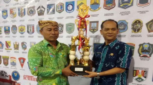Kabag Perekonomian Pemkab Pamekasan Basri Yulianto menerima Piala Penghargaan lomba budaya nasional.