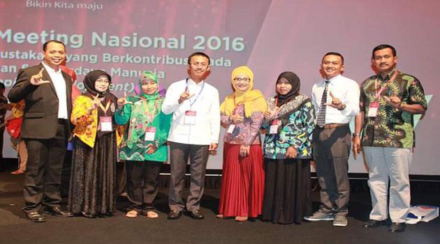 Bupati Pamekasan (tengah) saat menerima penghargaan di Jakarta