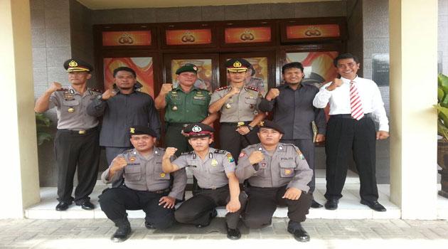 Foto bersama dua anggota Kodim 0826 Pamekasan seusai menerima penghargaan kapolres Pamekasan atas keberhasilannya mengungkap peredaran narkoba di Pamekasan.