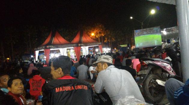 Suporter Teretan Dhibik Nobar laga Timnas Indonesia melawan Thailand di Eks PJKA Pamekasan, Rabu (14/12/2016) malam.