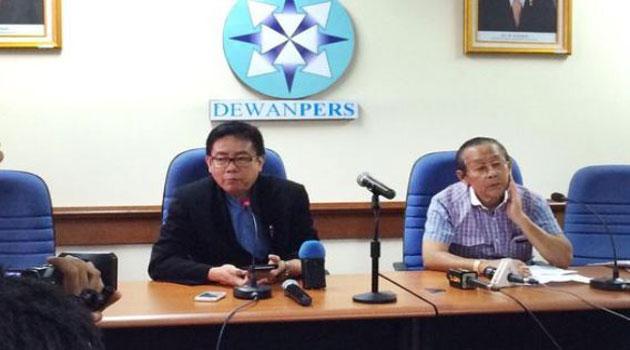 Anggota Dewan Pers Yosep Adi Prasetyo (kiri), Leo Batubara memberikan penjelasan tentang uji kompetensi wartawan (UKW).