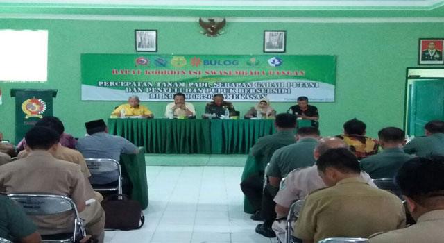 Rapat Koordinasi antara Kodim 0826 Pamekasan dengan Dinas Pertanian, Bulog, dan Distributor Pupuk terkait ketahanan pangan, Selasa (7/2/2017)
