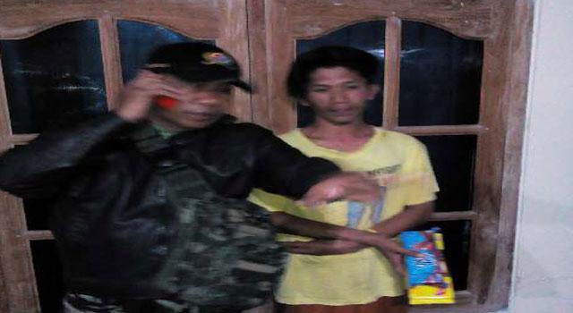 Oknum warga Desa Bungbaruh, Kecamatan Kadur, Pamekasan yang ditangkap Babinsa dan Babinkamtibmas di Desa Artodung, karena mencuri.