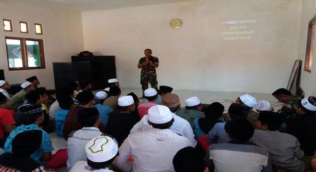 Dandim Letkol Inf Nuryanto saat menyampaikan penyuluhan tentang wawasan kebangsaan dan bahaya ideologi Atheisme dan Komunisme di Pondok Pesantren Aram-aram, Pamekasan, Rabu (15/2/2017).