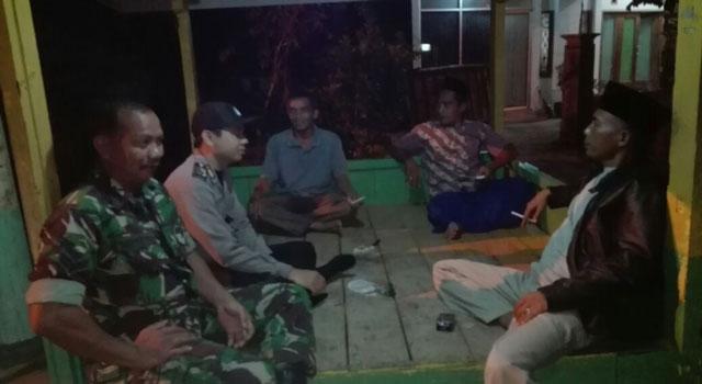 Patroli anggota TNI bersama Babinkamtibmas kepada masyarakat dalam rangka mengantisipasi penyebaran gambar palu arit di Pamekasan.