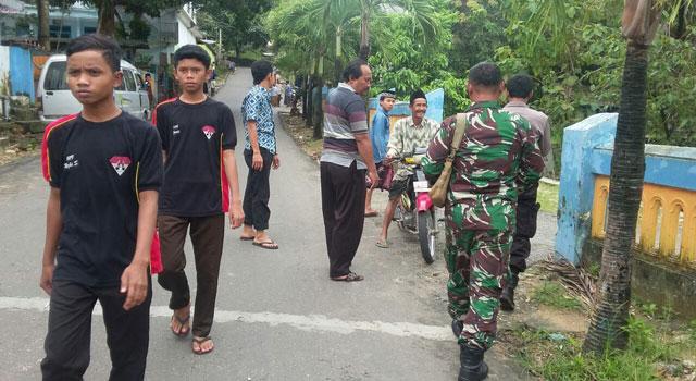 Patroli bersama antara TNI dengan Polri di Kecamatan Pasean, Pamekasan, Madura, guna menjaga keamanan di wilayah itu.
