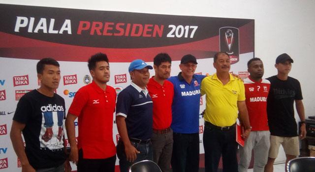 Para pelatih dan perwakilan pemain peserta kompetisi Piala Presiden 2017 di grup E.