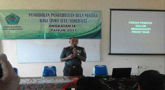 Dandim 0826 Pamekasan Letkol Inf Nuryanto memberikan materi wawasan kebangsaan di SMK Negeri 2 Pamekasan.